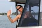 Iwona hinter dem Steuer eines Hausbootes in Masuren